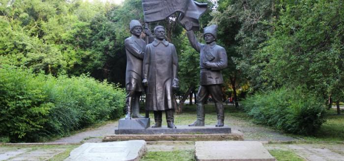 Памятник Кравченко, Щетинкину и Сургуладзе в Минусинске, у места захоронения Кравченко и Сургуладзе