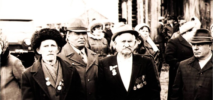 Шамшурин Капитон Иванович, справа в центре