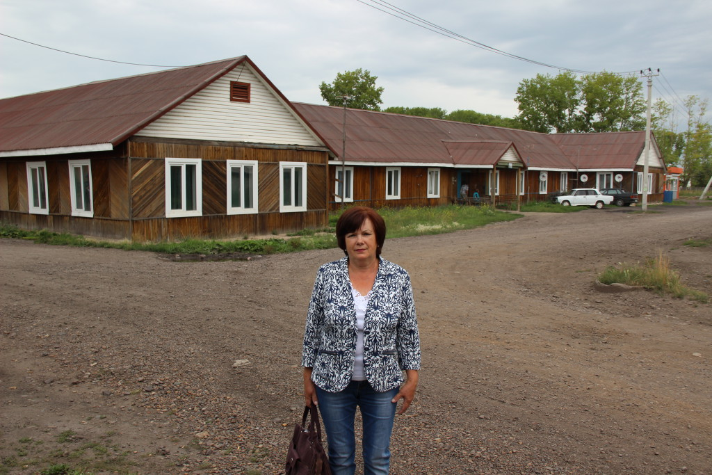 Галина Борисовна Лукашевич около общежития ПМС, на фундаменте которого раньше была школа
