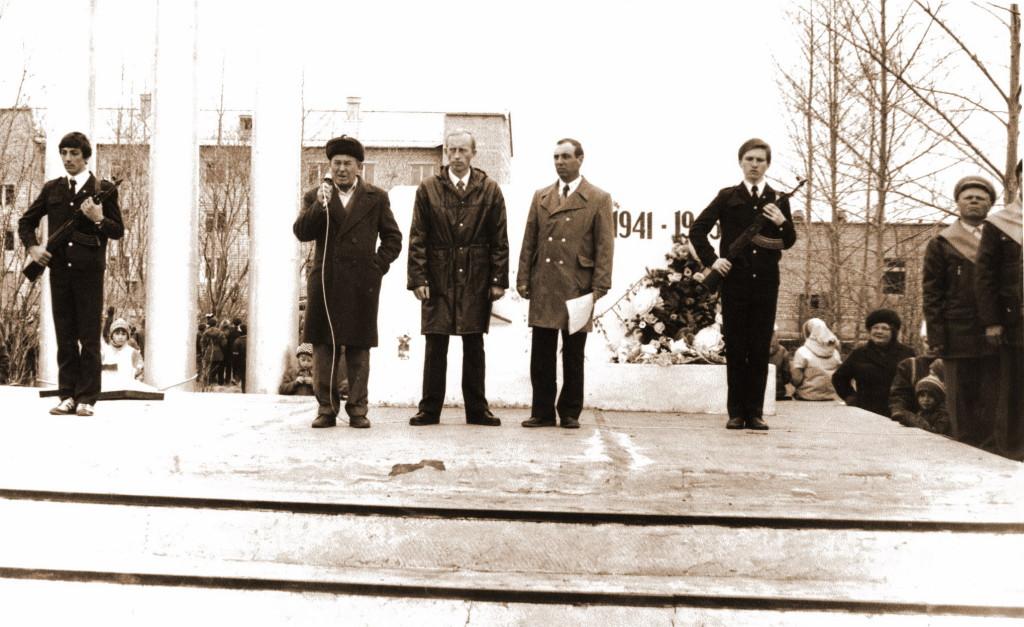В центре слева Олег Красненко говорит ветеран Николай Никифорович