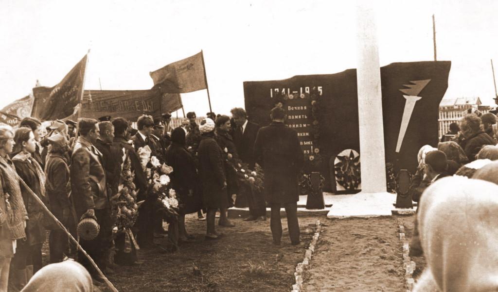 Памятник Победы в деревне Усть-Кандыга Глава посёлка Саянский Сердюк Анатолий Иванович (1968-1976)