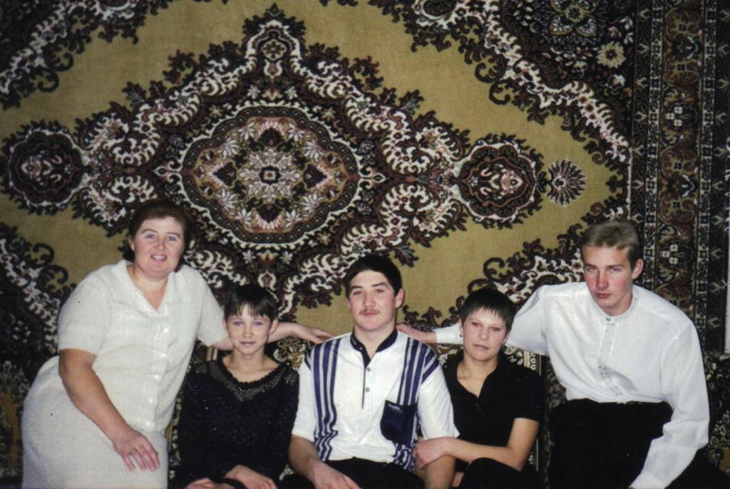 Сергей с двумя подругами, другом Евгением Щербой и мамой