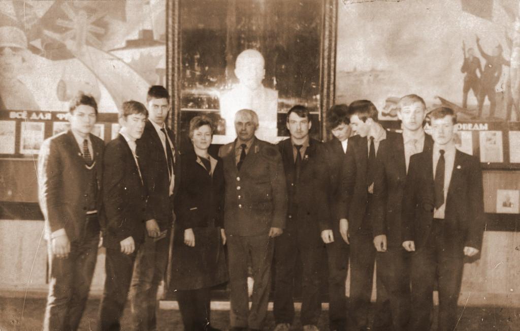 Александр Мефодьевич с выпускниками 1987 года