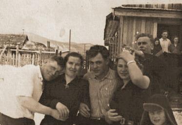 1958 год Ольга Фёдоровна (первая справа) на свадьбе у своего племянника