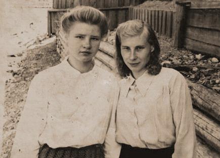 1955 год Ольга Фёдоровна (слева) со своей подругой