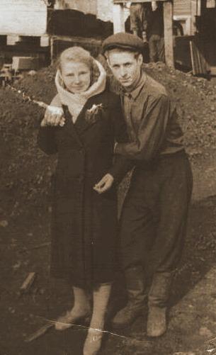 1957 год Ольга Фёдоровна на своей работе с другом
