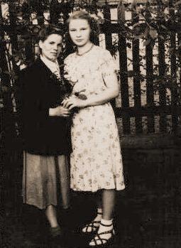 1957 год Ольга Фёдоровна (справа) со своей подругой