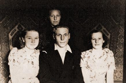1957 год Ольга Фёдоровна (Слева) со своим братом и двоюродной сестрой Эльзой (справа)