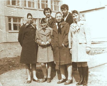 1962 год. Посёлок Краснокаменка Ольга Фёдоровна (в первом ряду, вторая справа) со своим мужем (во втором ряду, первый справа)