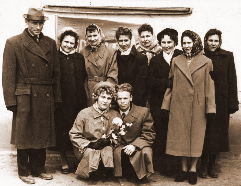 Май 1963 года Первый коллектив учителей (слева направо): Трухан Н.А., Никифорова Е.Н., Астахова Л.М., Рябинина Т.Н., Швец Л.А., Николаева З.Г., Антонова М.И., внизу - Ярумская Н.П. и Куликов В.Л.