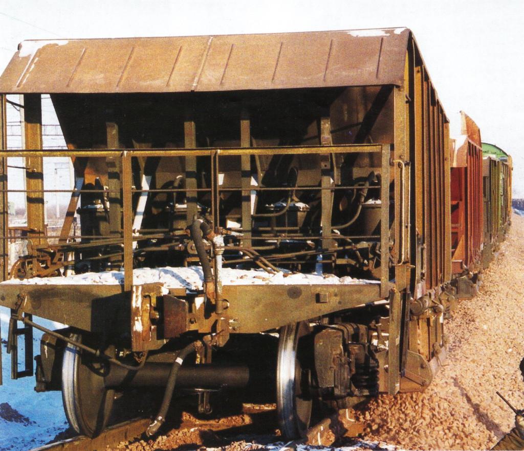 Выгрузка щебня бригадой машинистов ХДВ на базе зимнего складирования щебня для летних путевых работ