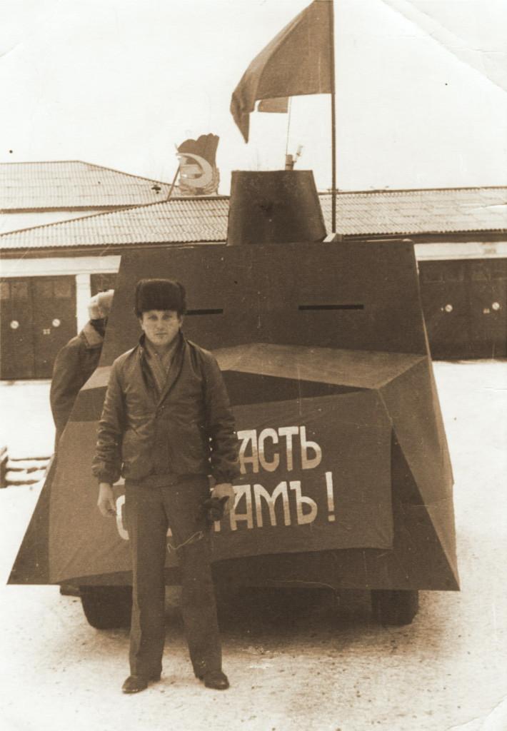 1 Мая 70-е годы Толя Зуйков возле пожарки