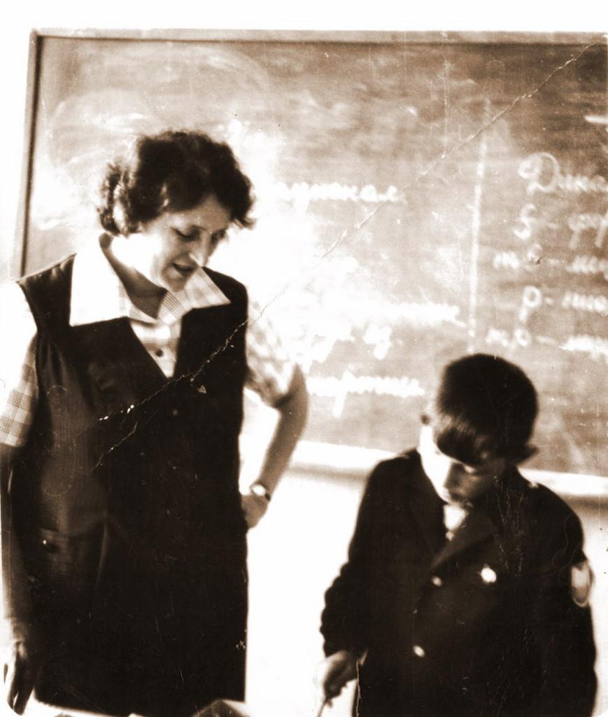1979 год Урок пения Нотную грамоту дети закрепляют игрой на металлофоне