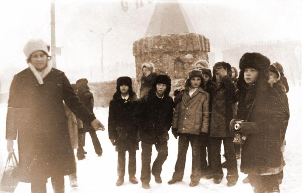 Красноярск Валентина Макаровна с детьми в снежном городке