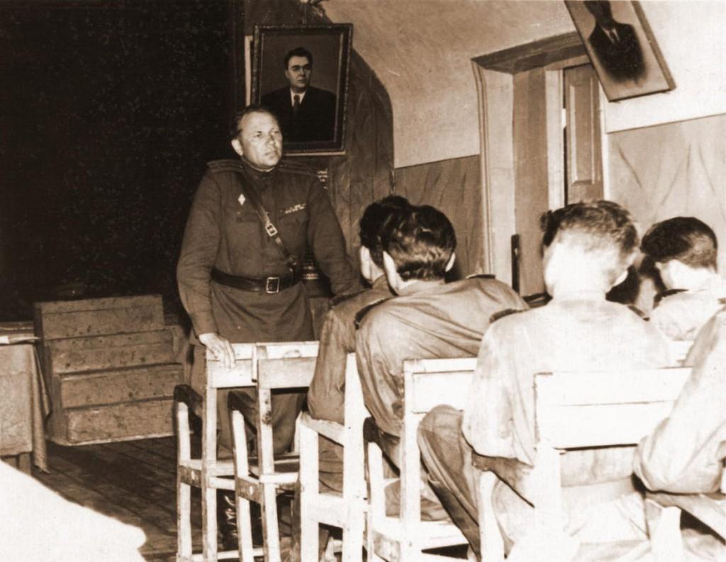 Актовый зал клуба Лекцию читает Гребенюк