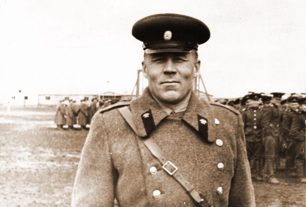 Замполит роты Николаев В парадной форме перед праздником