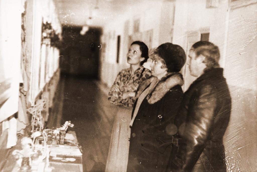 Выставка в школе Марченко С.Е., Куликова Т.С. и секретарь узловой парторганизации и Мартыненко В.