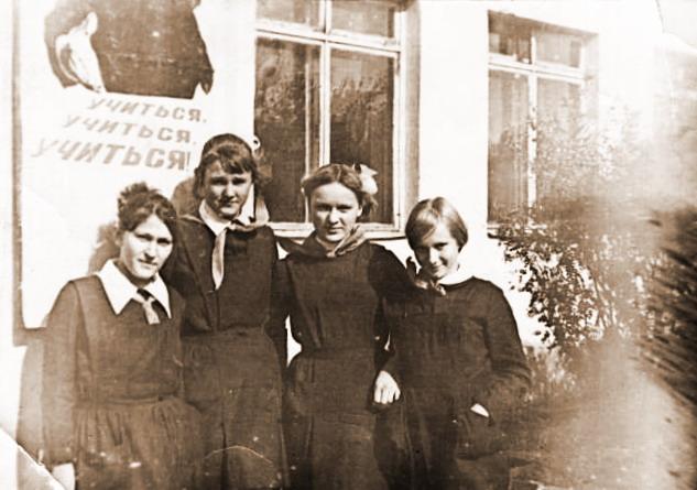 У здания школы Галя Юдина, Надя Николаева, Наташа Данилова и Ольга Семененко