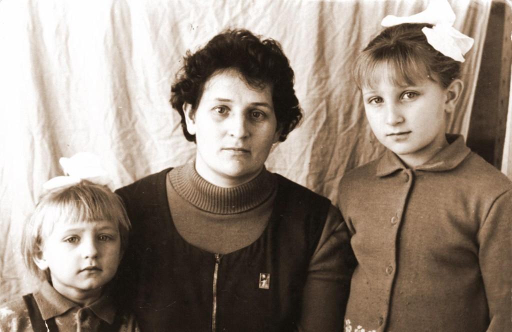 Горькова Валентина Макаровна с дочерьми Олей и Леной