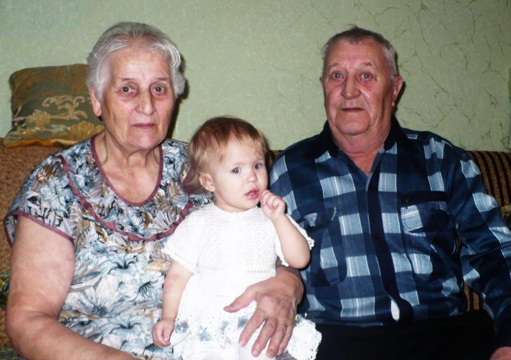 Филипп Захарович и Валентина Макаровна с внучкой